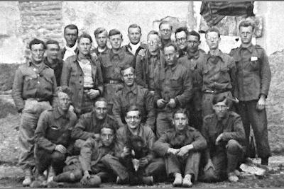 Nederlandse krijgsgevangenen in Belchite. Staand, vierde van links (met openhangend jasje): Herman Scheerboom